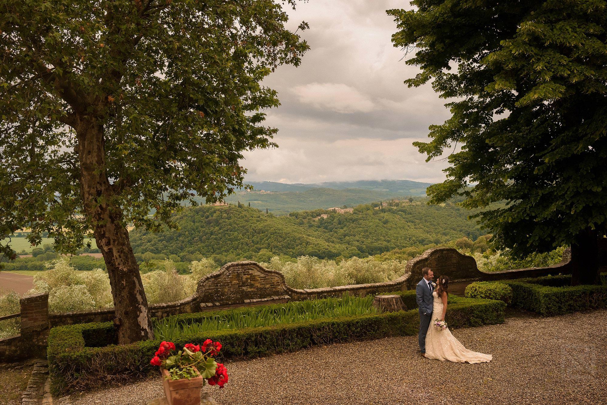 romantic bride and groom photograph at Montestigliano