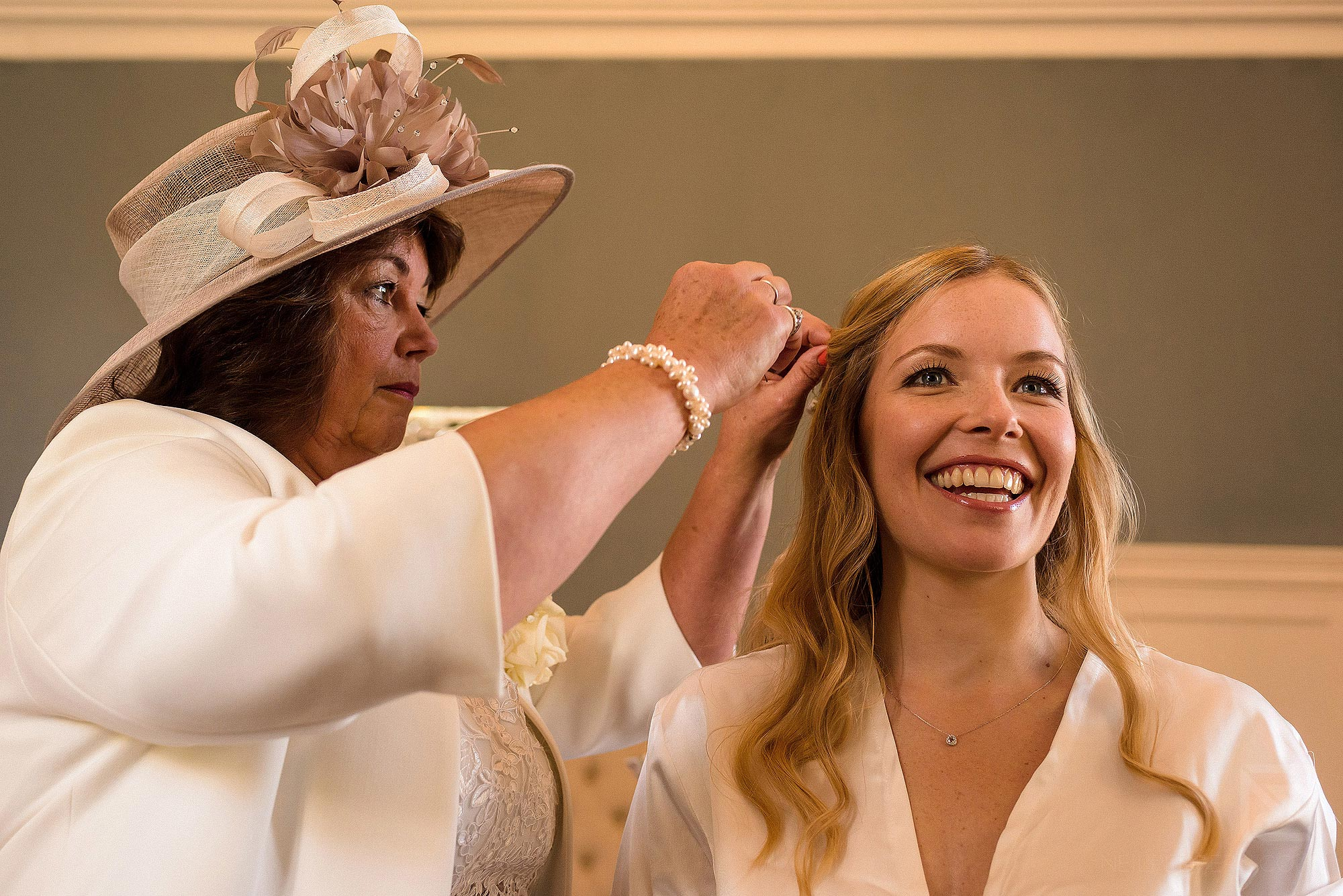mother of bride helping put headpiece in